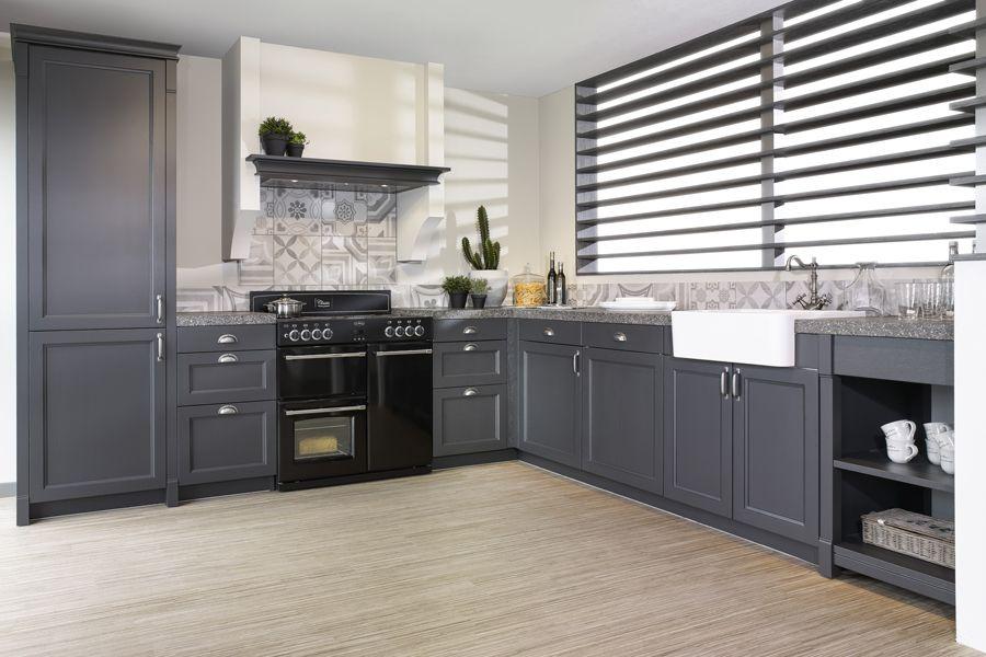 Landelijk Hoek Keuken : Grijze hoekkeuken in landelijke stijl. voorzien van zwart fornuis en