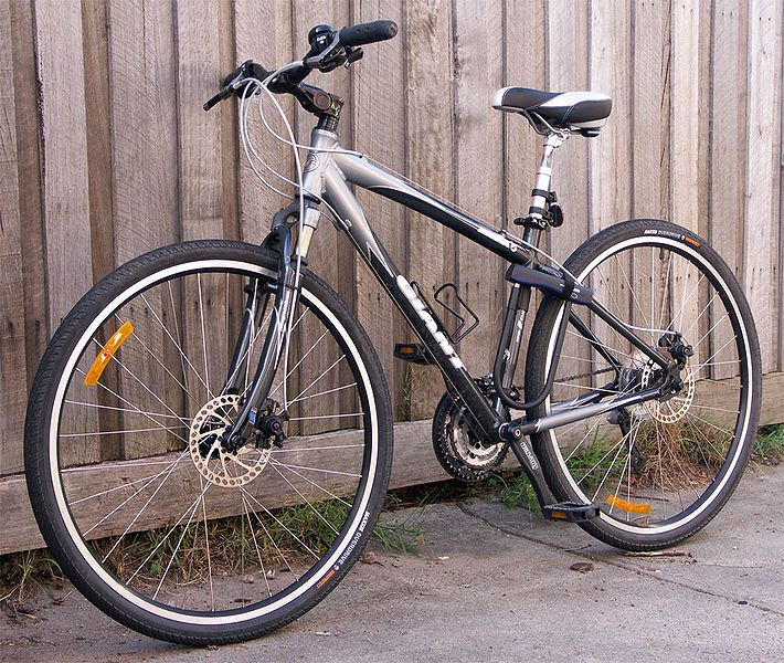 The 2005 Giant Innova Is An Example Of A Typical 700c Hybrid Bicycle It Has 27 Speeds Front Fork And Seat Suspension An A Hybrid Bike Bicycle Hybrid Bicycle