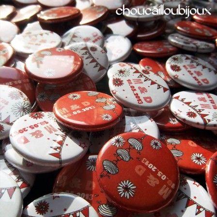 Badges Personnalisés - Mariage M & D - Des pois rouges ! - Badges Personnalisés et Bijoux