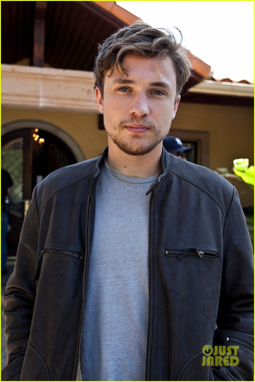 Wa....wa...wait a minute?? What happened to my William?? That cute boy with the blonde mop that I fell in love with the first time I watched L.W.W. He's all grown up now...I think Ima cry.... #William Moseley #Peter Pevensie #Narnia