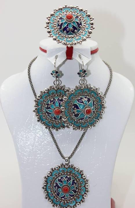 Bijoux Kabyle, Bijoux Berberes, Robe Berbere, Bijoux Maroc, Bijoux  Ethniques, Parure, Fantaisie, Colliers, Accessoires