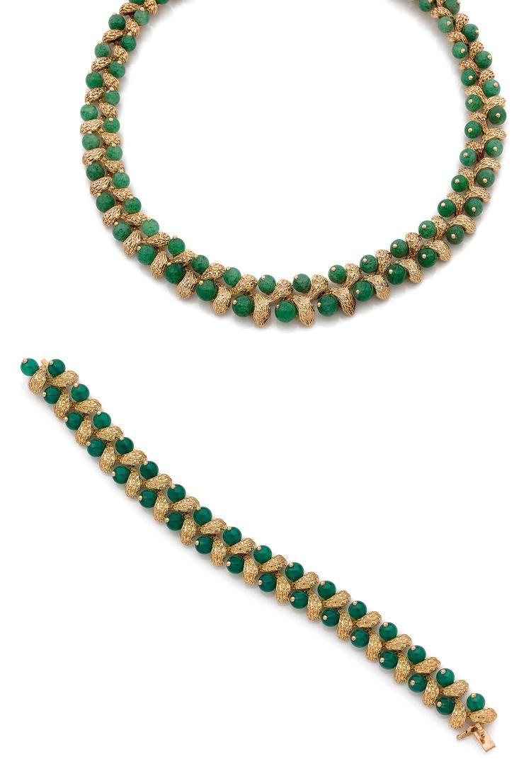 VAN CLEEF & ARPELS  <br>DEMI-PARURE <br>comprenant un collier en suite de grappes de raisin, les feuilles en or jaune ciselé, les fruits en perles de quartz aventurine, un bracelet assorti en or jaune et perles de chrysoprase.  <br>Signée et numérotée. <br>Dans son écrin de la Maison Van Cleef & Arpels. <br>Vers 1970. <br>Longueur du collier : 40 cm environ. <br>Longueur du bracelet : 18,5 cm environ. <br>Poids brut : 150,6 g. <br>A chrysoprase, aventurine quartz and 18K gold demi-parure…