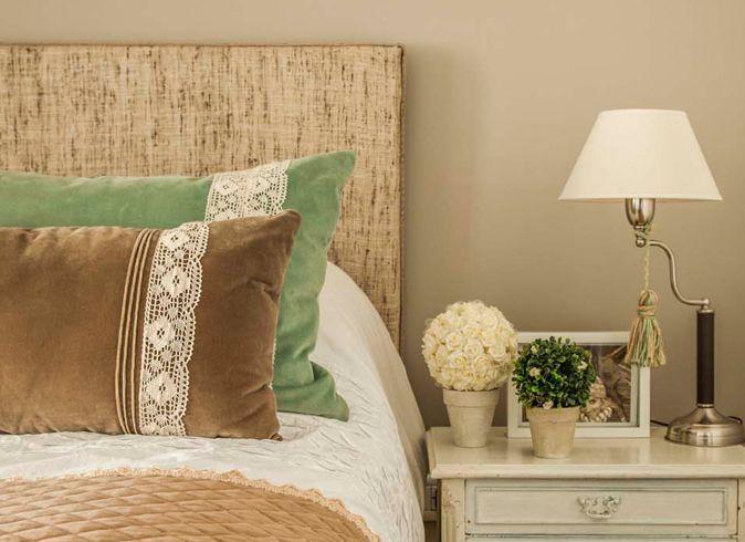 Decoraci n dormitorio rom ntico mezcla de rafia pana y for Decoracion pisos romanticos