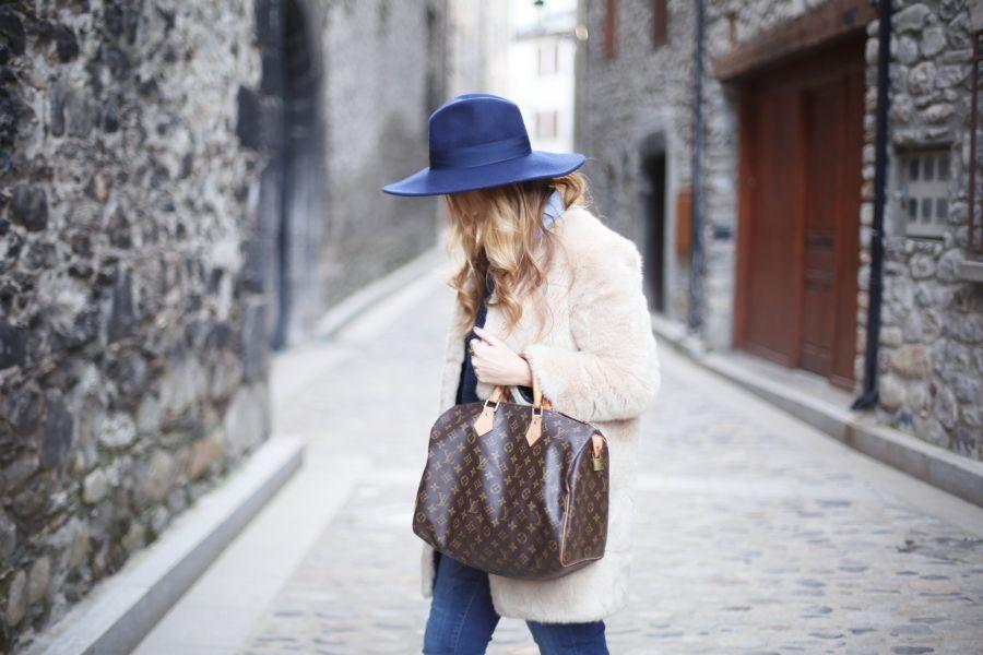 Look con abrigo de pelo. A trendy life.  casual   90aee3613e1