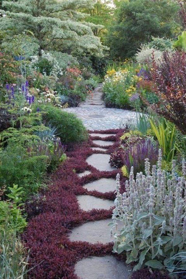 Garten gestalten pfad aus betonplatten und pflanzen for Garteneingang gestalten