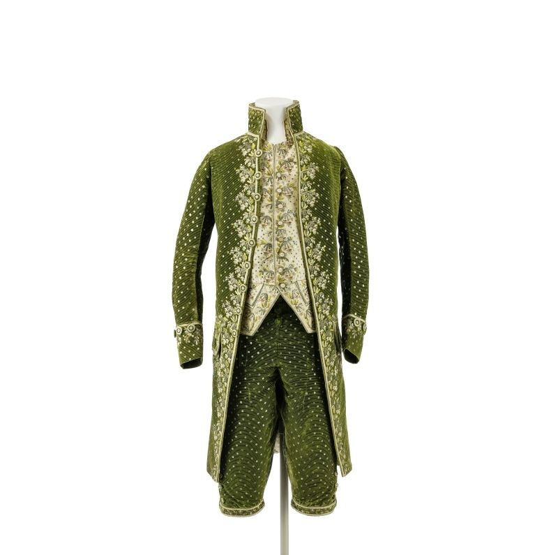 A three-piece velvet suit green, circa 1785, France. Green silk velvet, ciselé, cream-colored silk satin, metal filaments Silver Silk multicolored. Ident.Nr. 2003 KR 107 ac. © Photo: Museum of Decorative Arts of the National Museums in Berlin - Prussian Cultural Heritage. Photo: Stephan Klonk