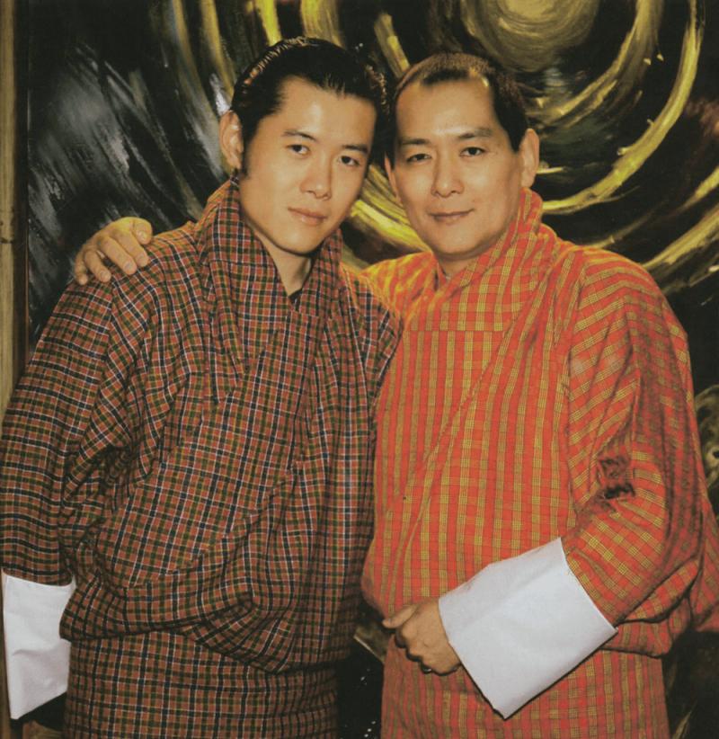 król Buthanu Jigme Singye z synem i następcą tronu Jigme Khesar