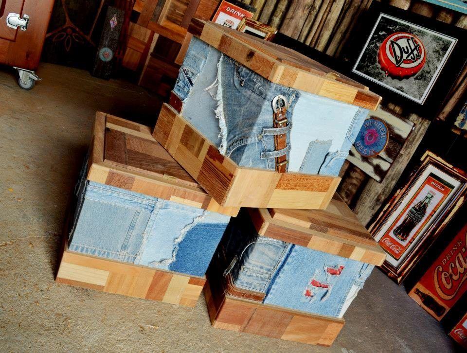 Caixa Baú - Pode ser utilizada para guardar pequenos objetos, fotos, brinquedos e outros. E também como banqueta. Estrutura em MDF revestidas com materiais reciclados como jeans, cintos, boots e madeira de demolição . Parte interna em MDF revestido branco que facilita a limpeza.
