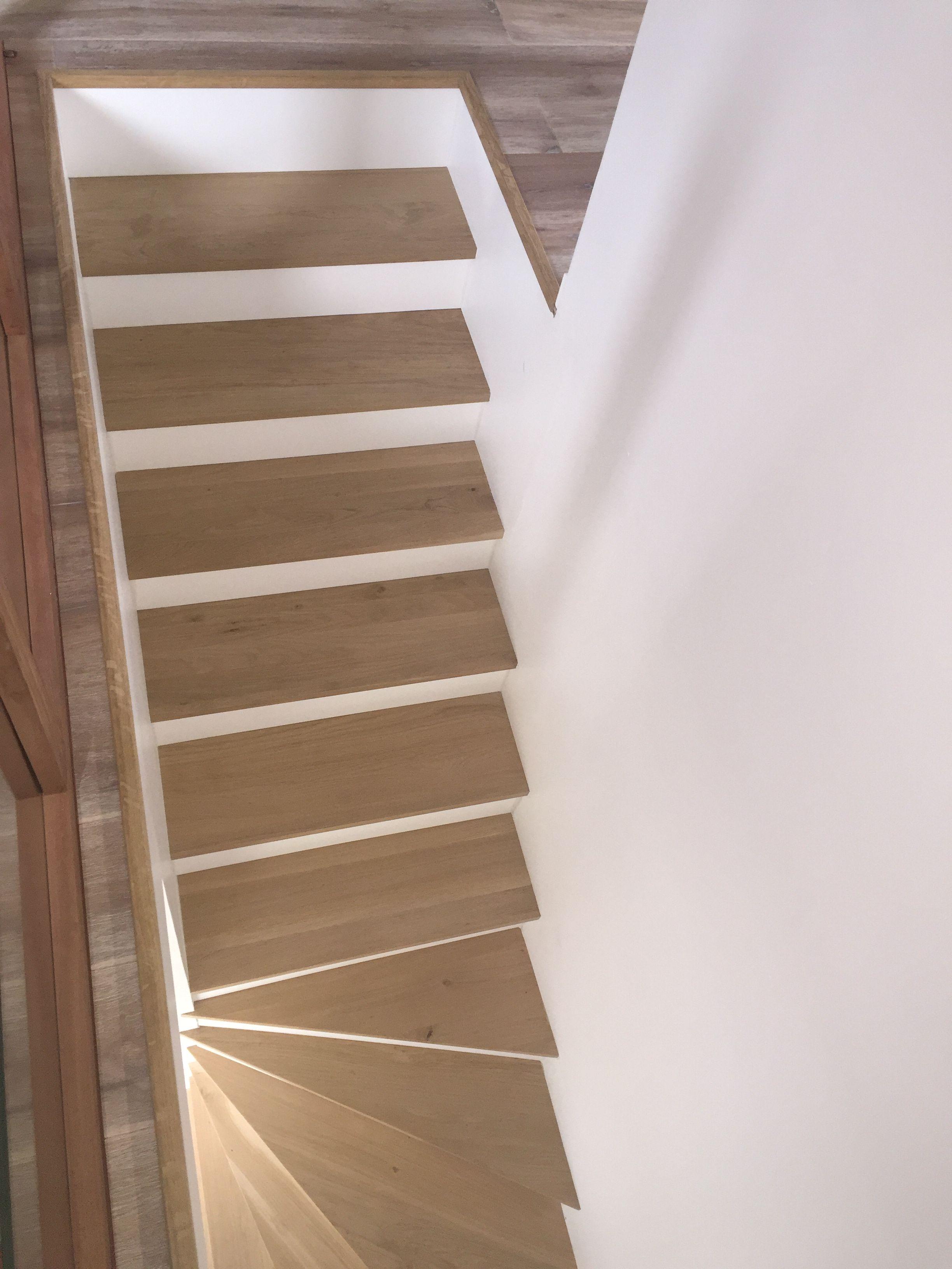 Des Marches D Escaliers En Chene Massif Pour Une Piece Unique Par Centre Bois Massif Escalier En Chene Escalier Parquet Chene Massif