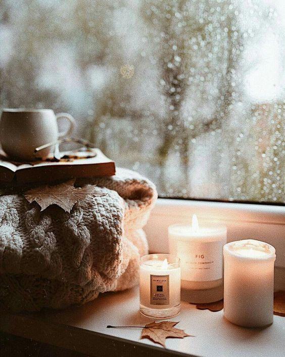 Pour créér une ambiance cocooning dans votre intérieur, quoi de mieux que de jolies bougies ? Voici quelques inspirations et une sélection de produits pour vous aidez à choisir. #bougie #cocooning #deco #decoration #decococooning #candle