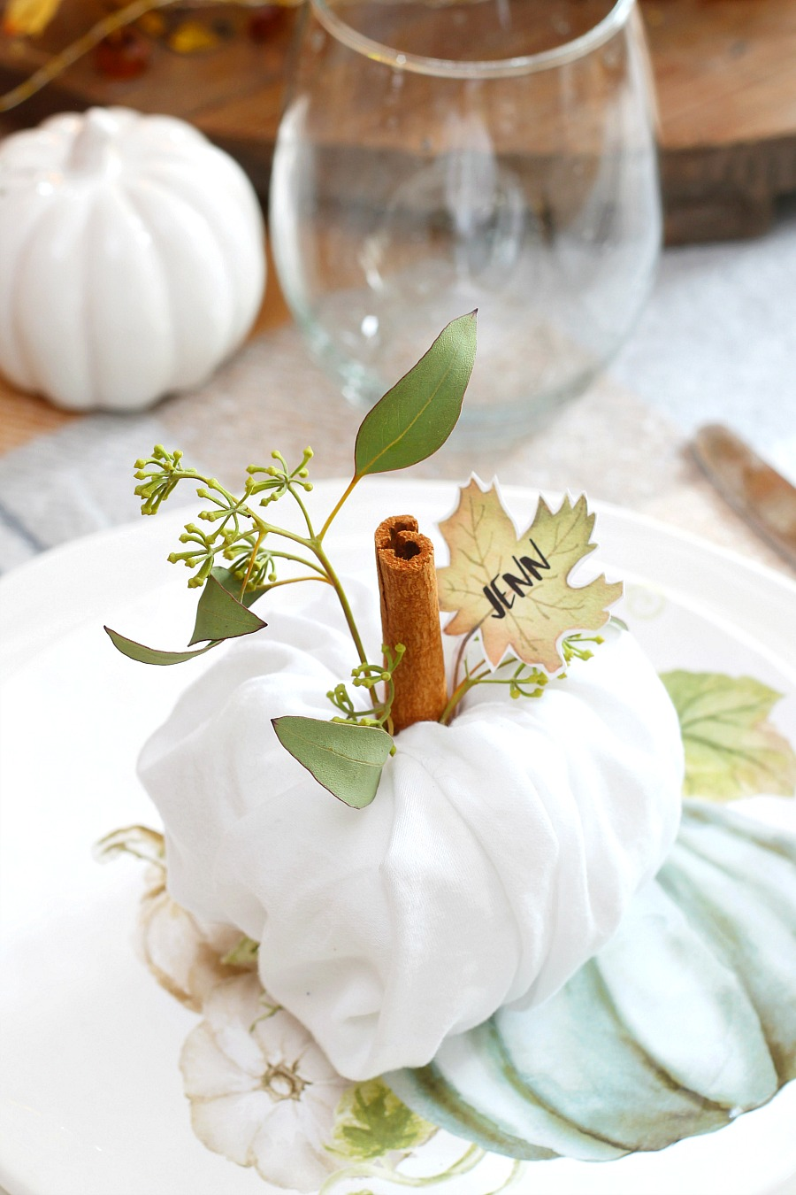 Thanksgiving Place Settings - Pumpkin Napkin Fold #thanksgivingtablesettings