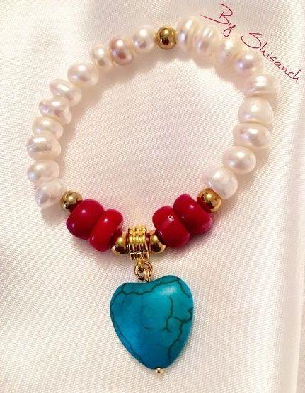 b6fdb476dd6f Pulsera elaborada en piedras naturales perlas de río coral y un hermoso  corazón de turquesa