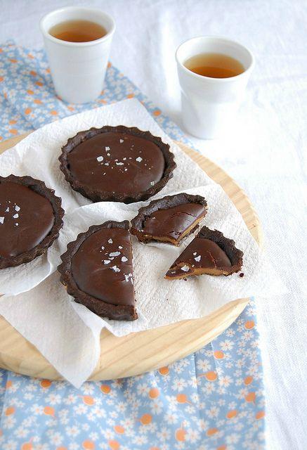 Salted Chocolate Caramel Tartlets / Tortinhas de chocolate e caramelo salgado by Patricia Scarpin