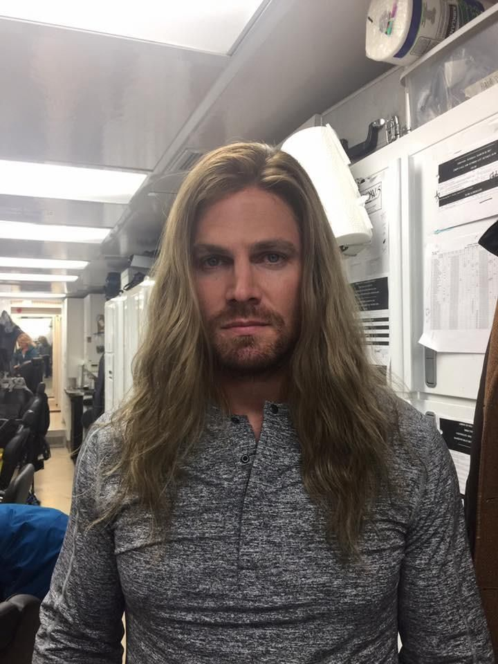 No Spoilers Stephen Amell Is Wearing The Pilot Wig Oliver In 2020 Stephen Amell Stephen Amell Arrow Oliver Queen