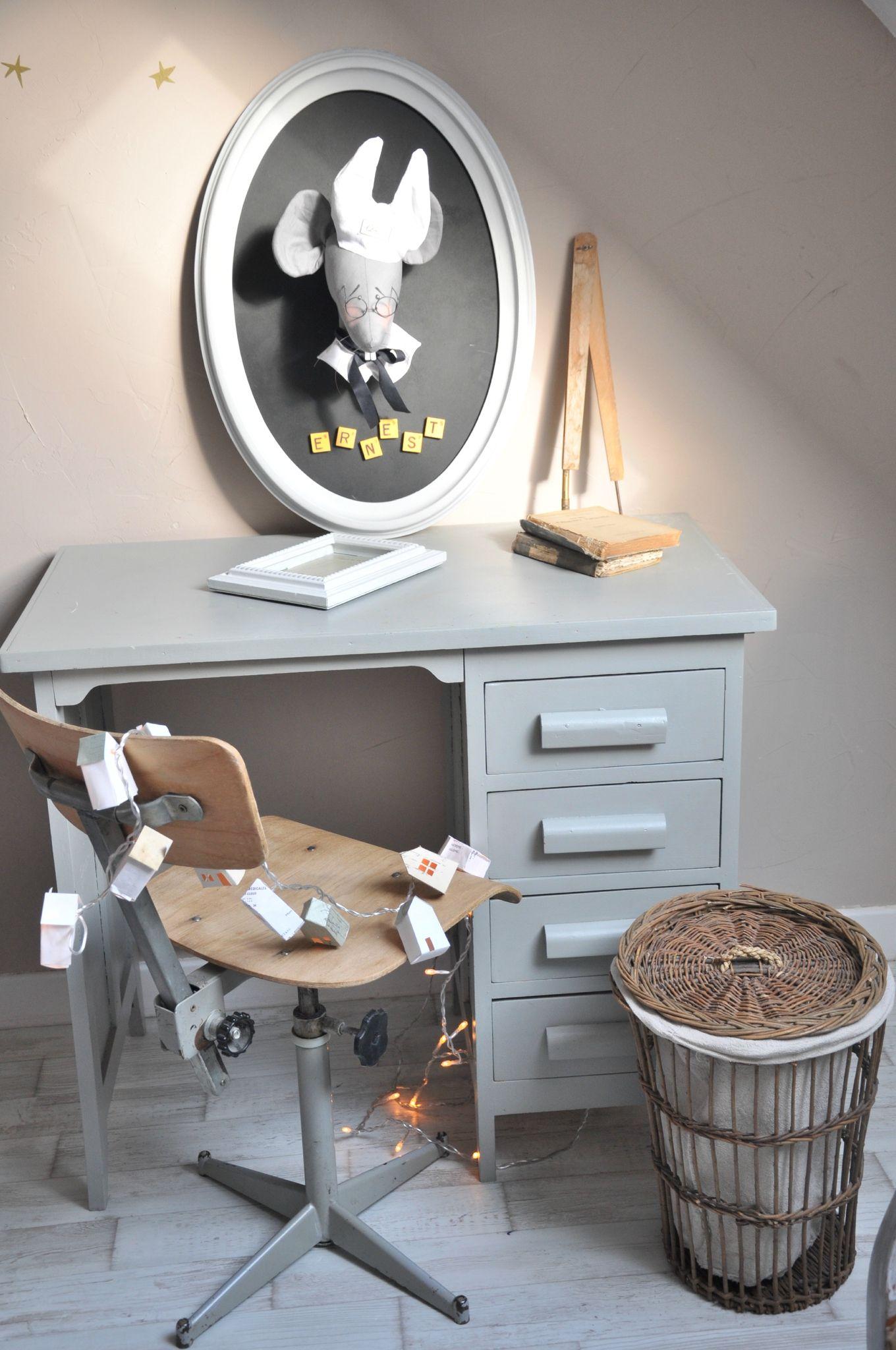 Trophée souris bureau chaise et poubelle vintage dans la chambre