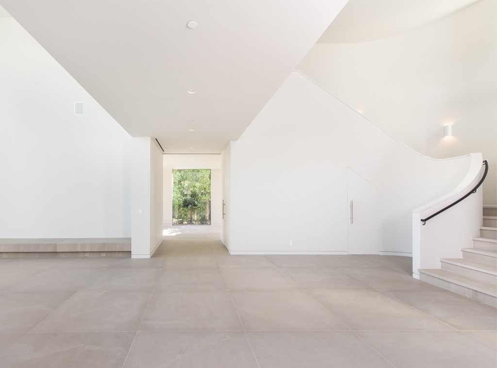 Visitez La Villa De Bel Air Que Kim Kardashian Et Kanye West Ont Vendue Pour 17 8 Millions De Dollars Minimalist Decor Minimalist Bedroom Design Eclectic Bedroom