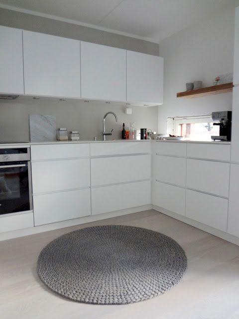 Köksskåp och vitbetsat ekgolv