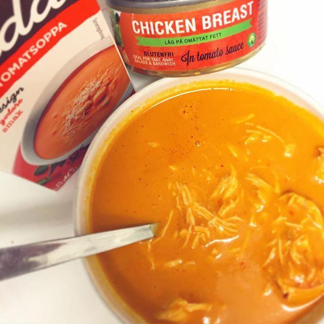 🍲😋👌 Detta var så galet gott insåg jag precis! 😀🙌 Kelda tomatsoppa och @nobleschicken i tomatsås. Koka upp eller värm i micron så som jag gjorde på jobbet precis. Älskar mitt nattjobb men det är såklart viktigare att jag sköter kosten under natten. Denna kombination lär bli en standard i höst när man vill ha mer varm mat och speciellt soppa som är så gott. Mums 😍🙏 #NöjdSjuksköterska #nobles #nobleschicken #mat #energi #hälsa #bramat #ilikechicken kyckling kycklingsoppa