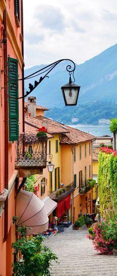 Pintoresco pequeña vista calle de la ciudad en Bellagio, Lago Como. Italia