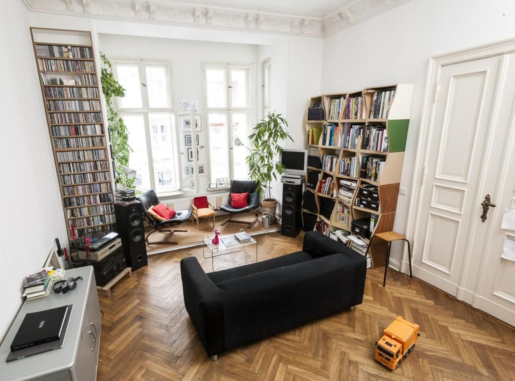 Superschnes Altbau Wohnzimmer Mit Fischgrtenparkett Hohen Bcherregalen Und Fenstern