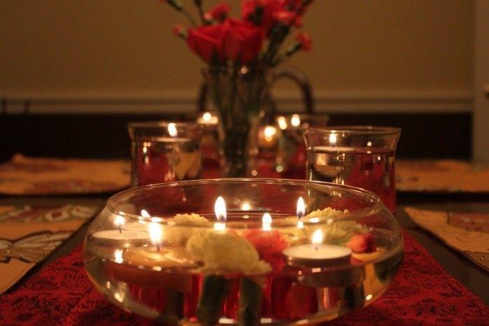 Romantische Tischdeko mit Kerzen in Wasser   Abendessen