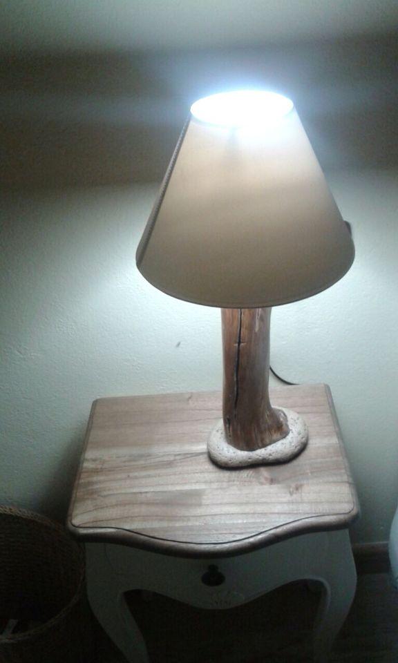 Lámpara de rama de roble de más de 200 años y piedra porosa de río.