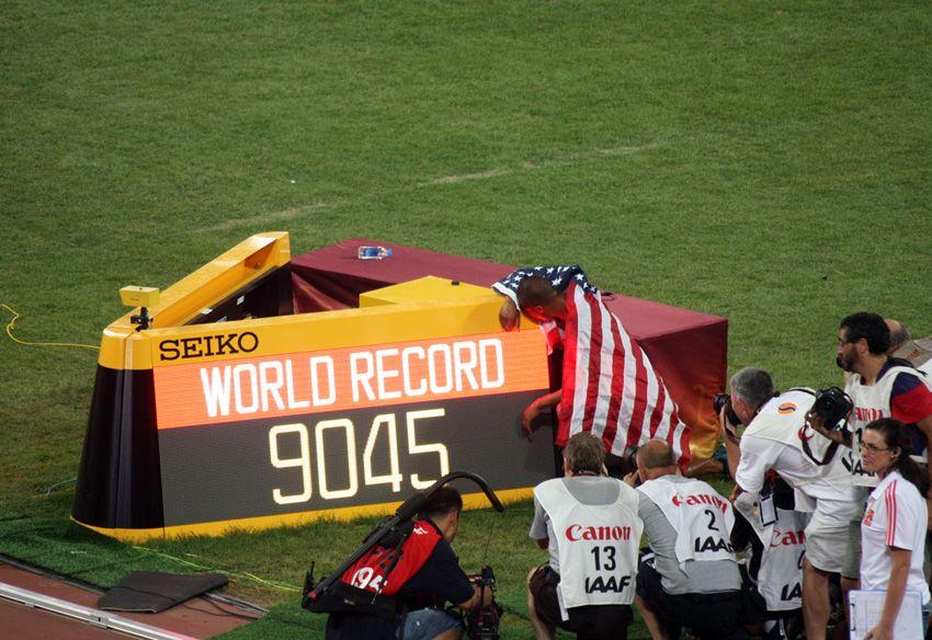 Cayó el primer récord del mundo en el Nido de #Pekín2015. El estadounidense Ashton Eaton mejoró su plusmarca de decathlón con 9.045 puntos.