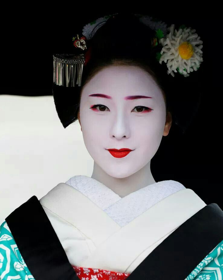 Maiko Makino wearing a spider chrysanthemum kanzashi - October kanzashi