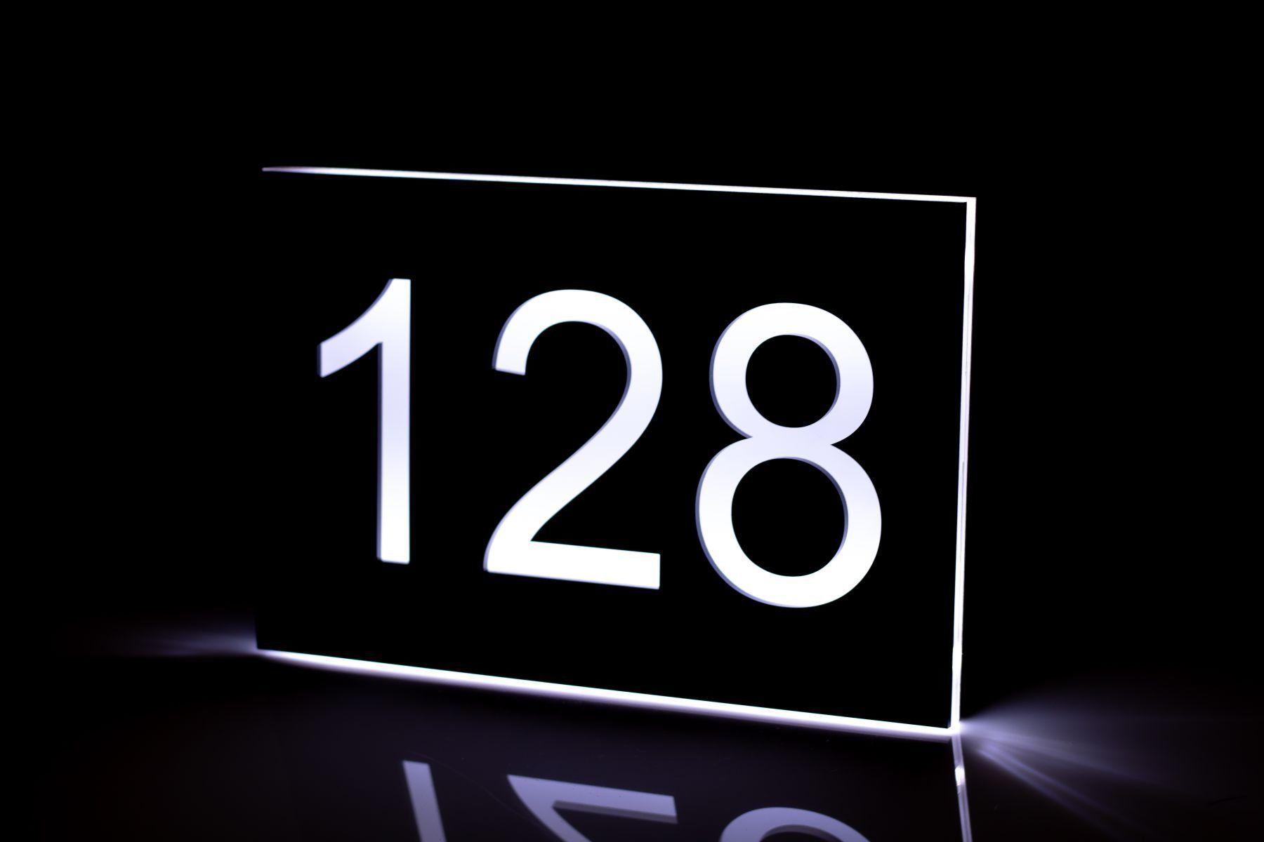 Moderne Hausnummer Mit Led Beleuchtung Und Gravur 30x20 Cm Gravuru De In 2020 Hausnummern Moderne Hausnummern Led Beleuchtung