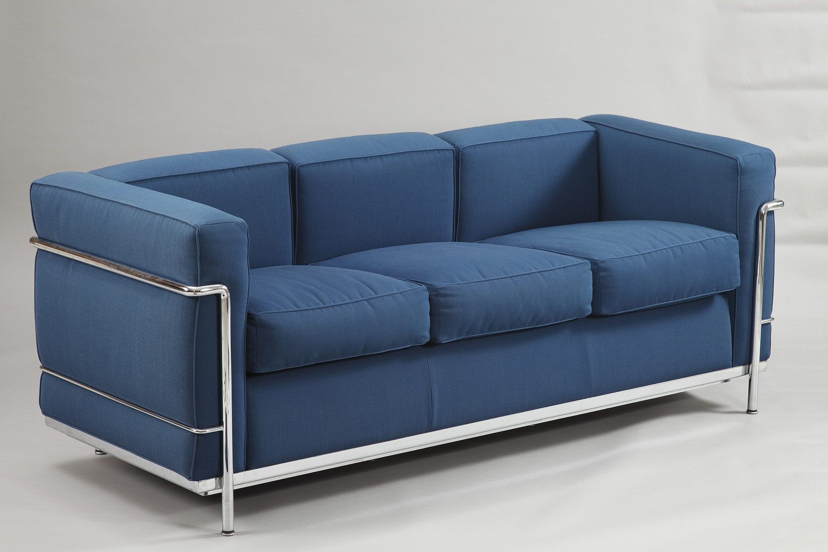Lc2 Le Corbusier Three Seat Sofa Composed Of A Chromed Steel Structure And Independent Blue Pillows Le Corbusier Canape Design Meuble Design Mobilier De Salon
