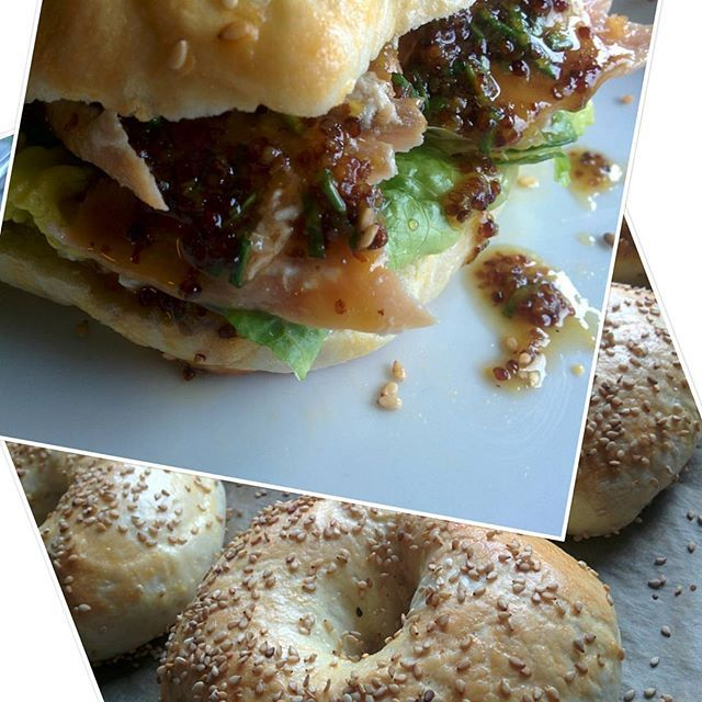 Bagel mit gegrilltem Lachs, Frischkäse, Salat und Honig-Senf-Sauce. Supergeil! #bagel #lachs #gegrillt #honigsenfsauce #selbstgemacht #handgemacht #nomnom #lecker #supergeil #fisch #gesundessen #gesund #burger #essen