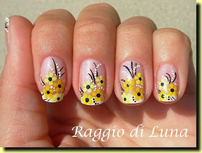 Raggio di Luna Nails: French manicure with yellow flowers