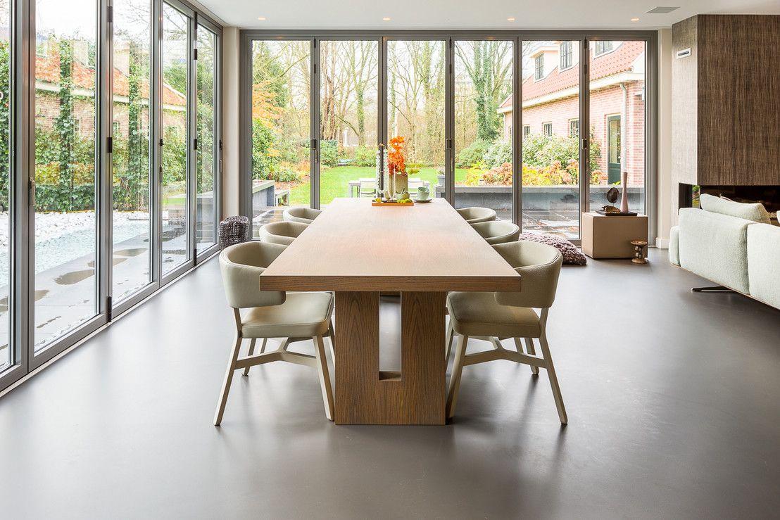foto s van een moderne eetkamer een gietvloer in de eetruimte