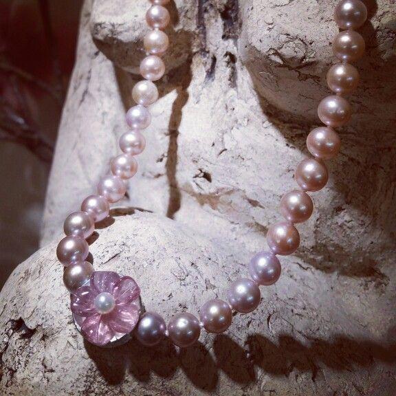 Wunderschönes, handgefertigtes Perlencollier aus weißen und naturfarbenen Süßwasserperlen im Farbverlauf, einer handgravierten Turmalinblüte und 925er Silber...jetzt kann sich der Frühling aber wirklich sehen lassen ♡