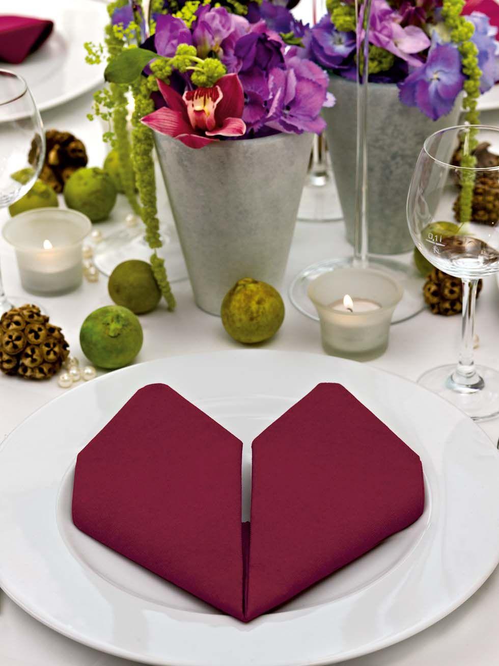 serviette zum herz falten basteln home herz falten servietten und hochzeitstag. Black Bedroom Furniture Sets. Home Design Ideas