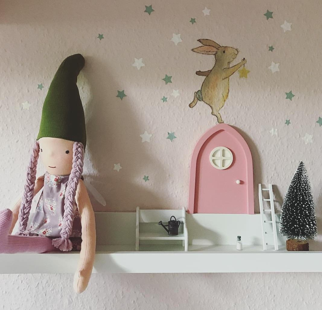 So toll dekoriert! Unsere #Elfenpuppen, das #Wandtattoo und die rosa ...