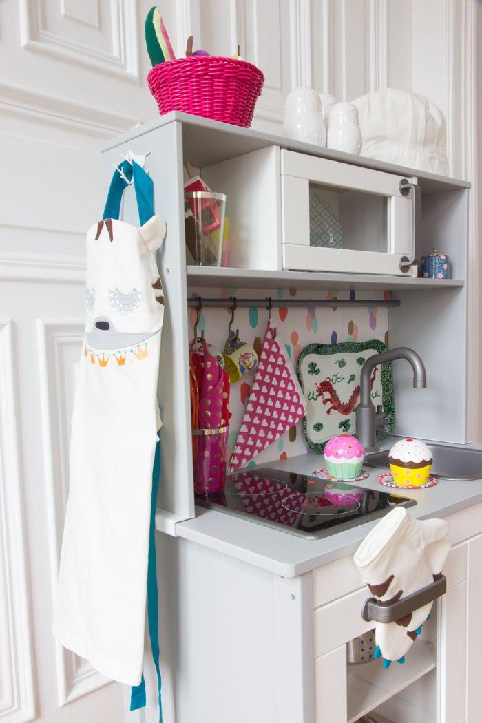 die r ckwand der kinderk che von ikea ganz einfach tapezieren so sieht sie gleich noch. Black Bedroom Furniture Sets. Home Design Ideas