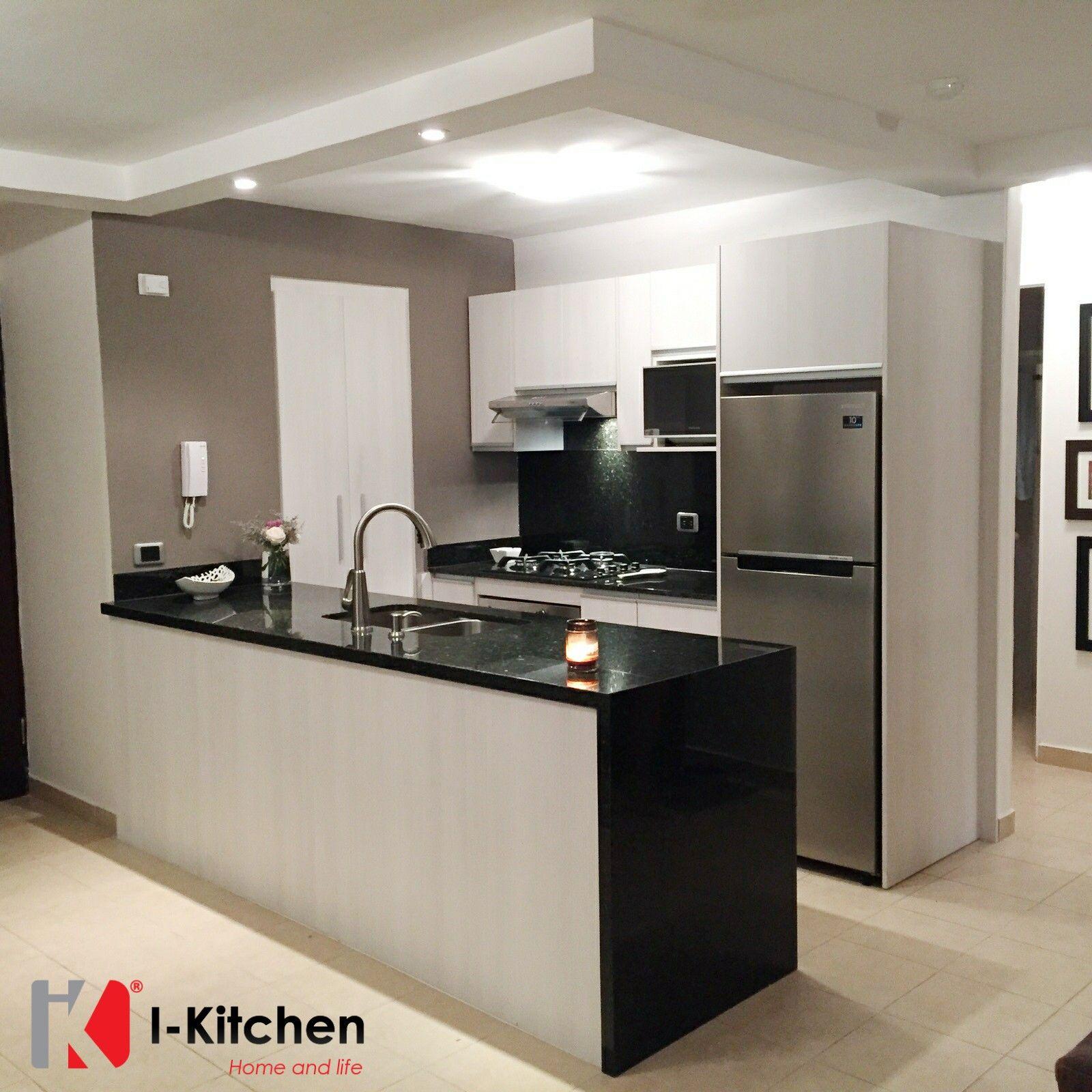 Espectacular cocina moderna con pantalla y cascada de - Cocinas con encimera de granito ...