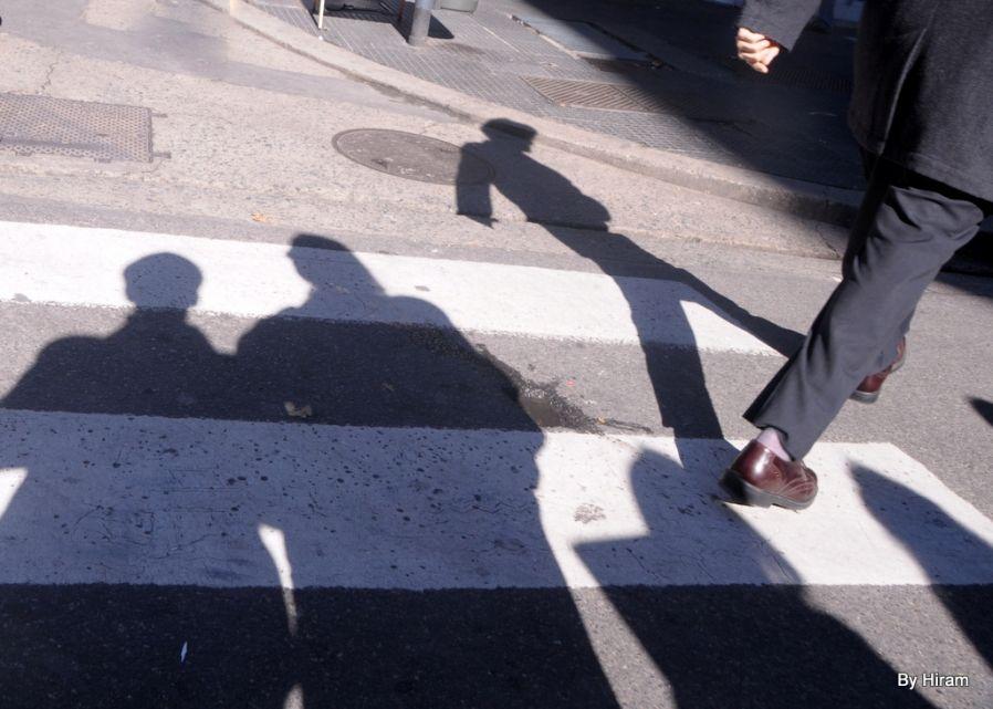 As sombras não param no sinal- No outono passado eu minha companheira caminhávamos pelo centro de Buenos Aires a procura e um restaurante. Em uma esquina olhei para o chão a nossa frente e, sem nem mesmo enquadrar, mantendo a maquina contra o peito, fiz o disparo que resultou na imagem agora apresentada