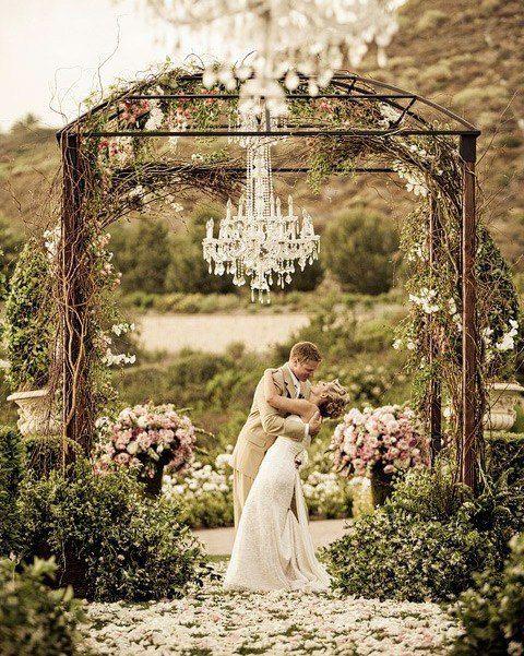 As recordações vão ser eternas para contemplar a beleza do amor que existe entre um noivo e a noiva. www.facebook.com/blacktienoivas