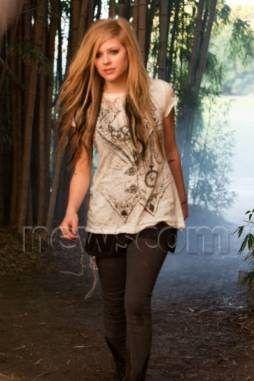 """A foto, tirada no clip da música """"Alice"""", composta para a trilha sonora do filme, mostra Avril vestindo sua peça preferida da cole"""
