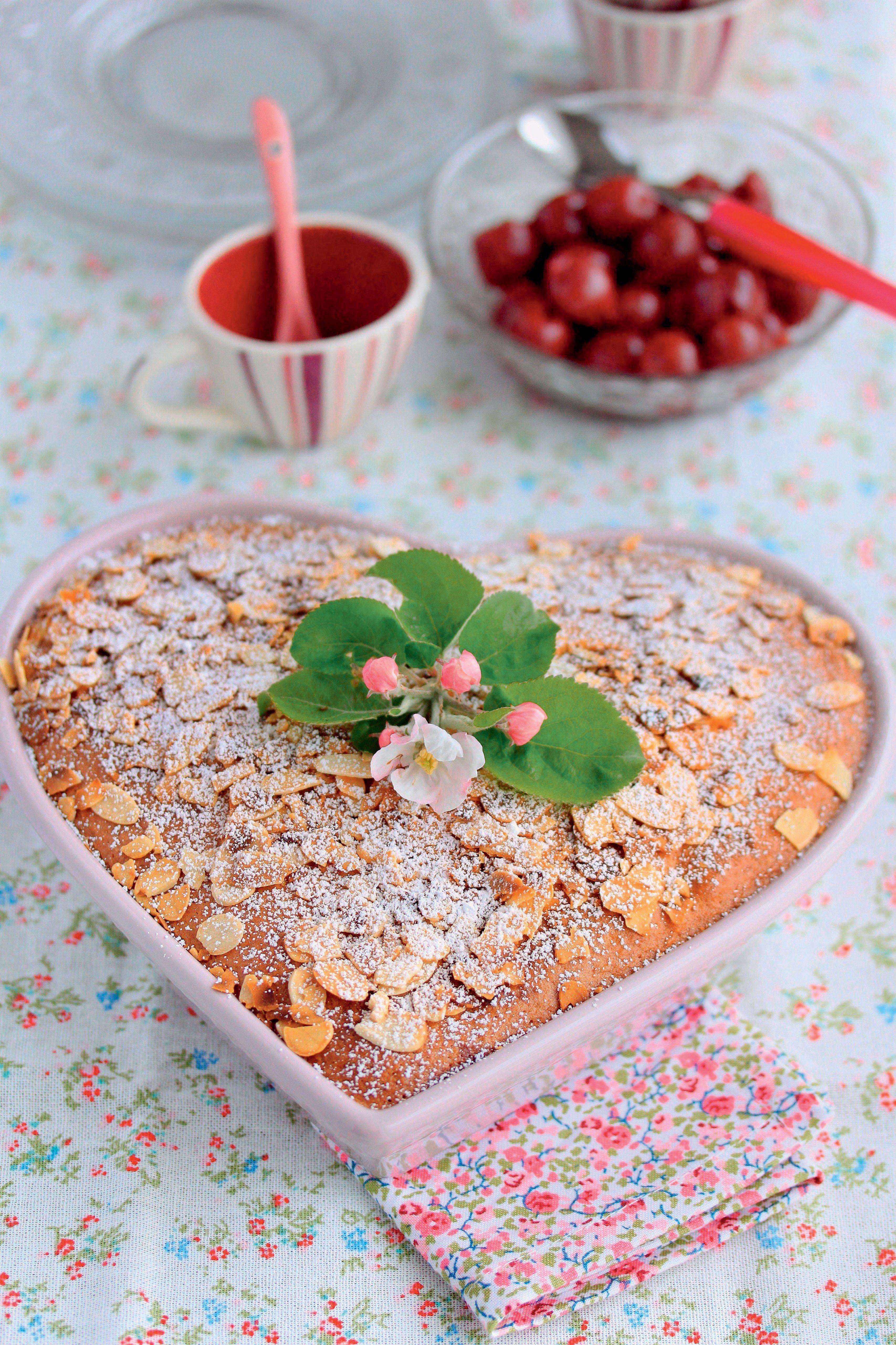 Herzkuchen mit Mandeln und Kirschen