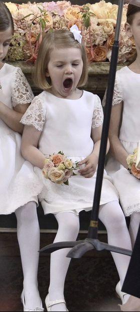 Le prince Carl Philip de Suède a épousé ce samedi, en la chapelle royale de Stockholm, Sofia Hellqvist. La cérémonie a démarré à 16h30, en présence de la famille royale suédoise au complet –y compris la sœur du marié, la princesse Madeleine, pourtant enceinte de neuf mois de son deuxième enfant. Estelle, la fille de la future souveraine la princesse Victoria, a joué les demoiselles d'honneur.