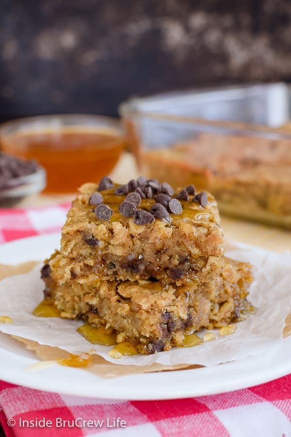 Peanut Butter Chocolate Chip Baked Oatmeal - this easy baked oatmeal has peanut butter, honey, and chocolate chips. Make this healthier oatmeal for breakfast!