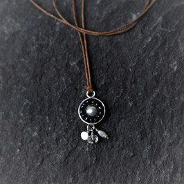 Anhänger mit Perlen und Aquamarin Hand geschmiedeter Anhänger aus 935er Silber mit Perlen und Aquamarin auf gewachstem Baumwollband.  Anhänger 15 x 27 mm, Bandlänge verstellbar Unikat