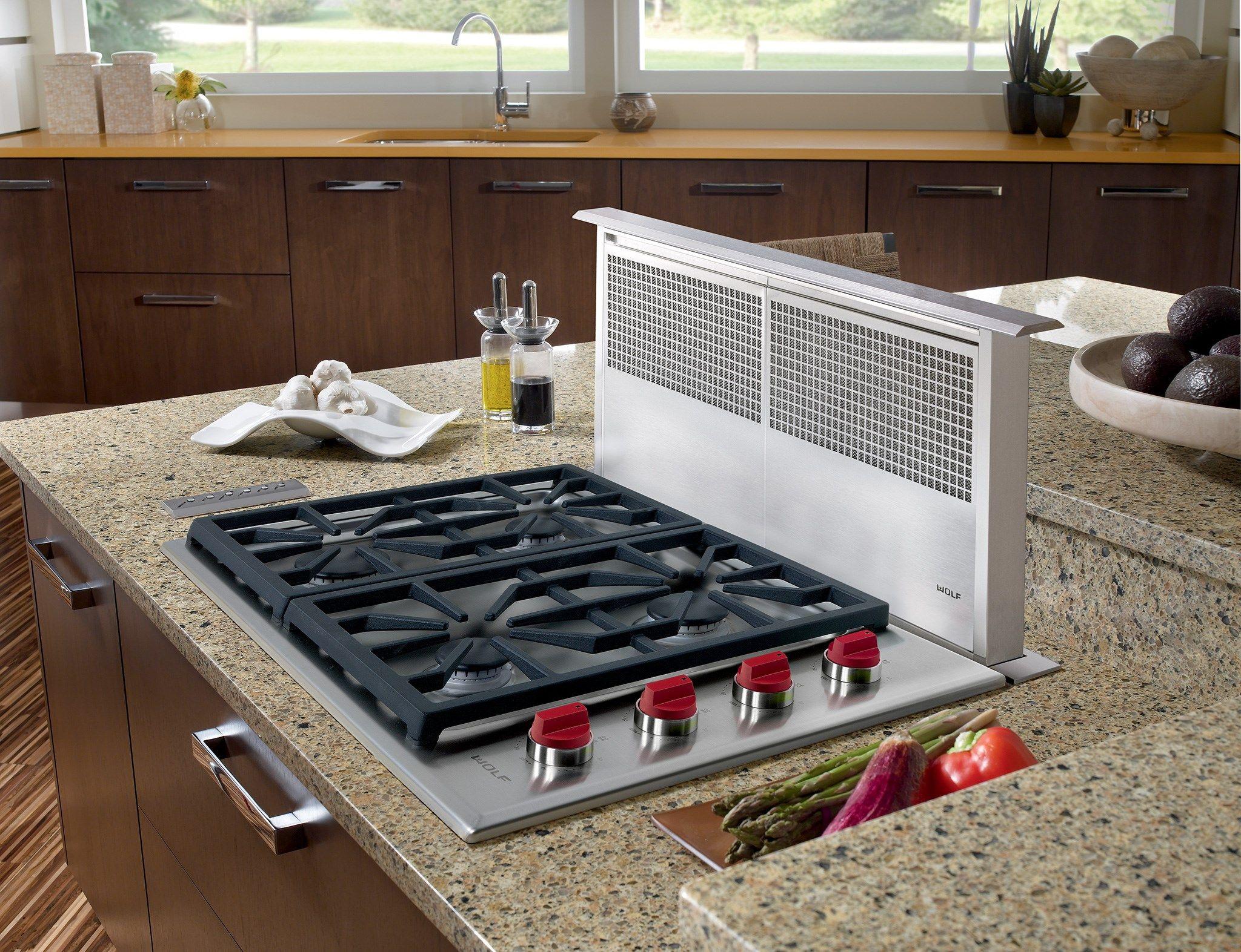 Встроенная плита с вытяжкой в интерьере современной кухни