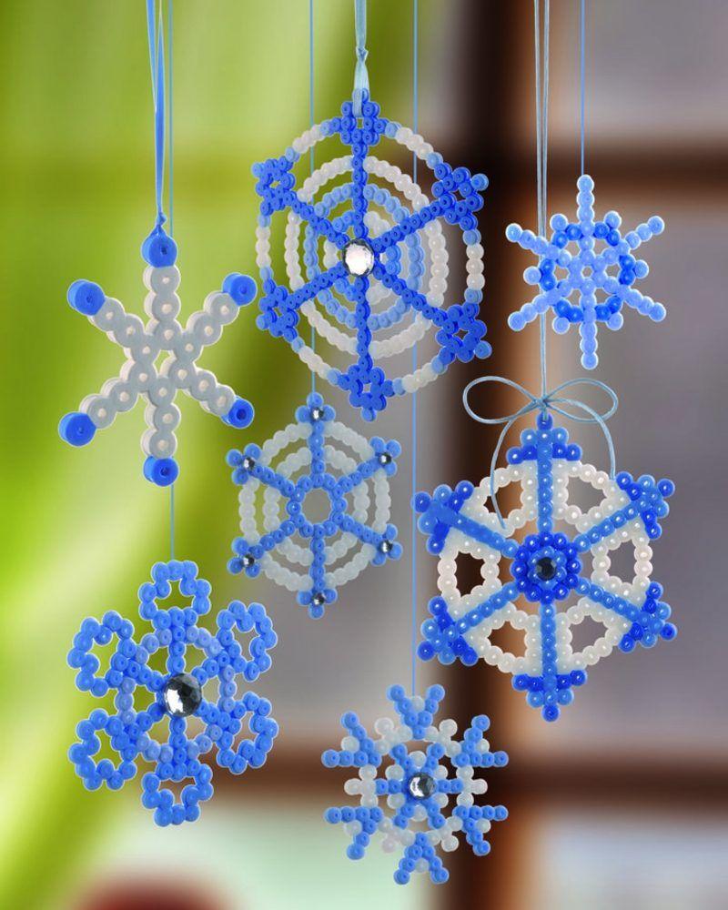herrliche Dekorationen aus Bügelperlen selber machen Schneeflocken #christbaumschmuckbastelnkinder