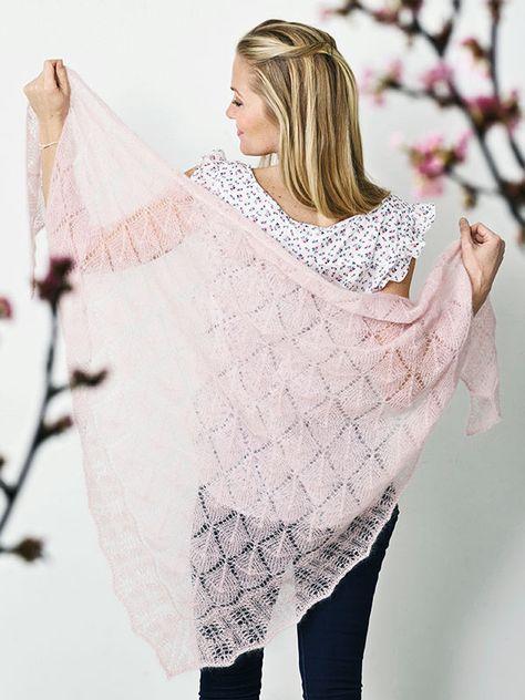 Strikkeopskrift på fint sjal med hulmønster. Det florlette sjal vejer kun 100 gram! Find en gratis opskrift her. #strikkedesjaler