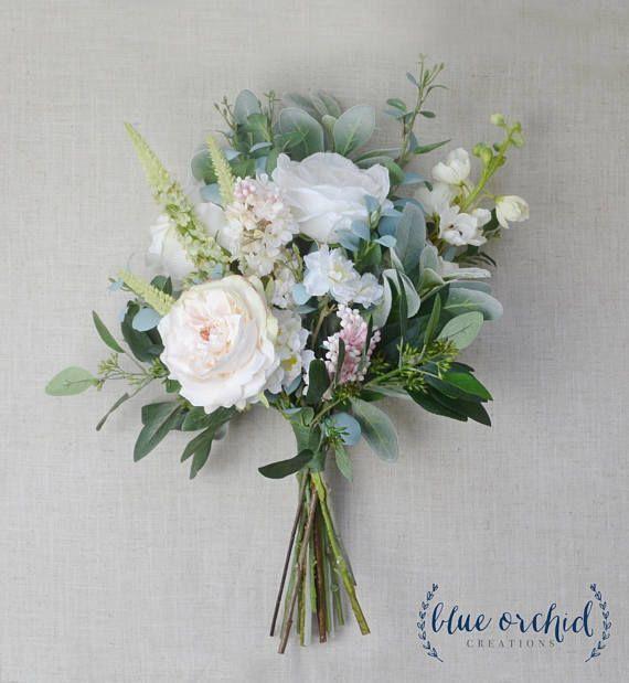Dieses Boho-Bouquet ist voll von wunderschönen, pastellfarbenen Blumen und viel Grün. Alles ... #whitebridalbouquets