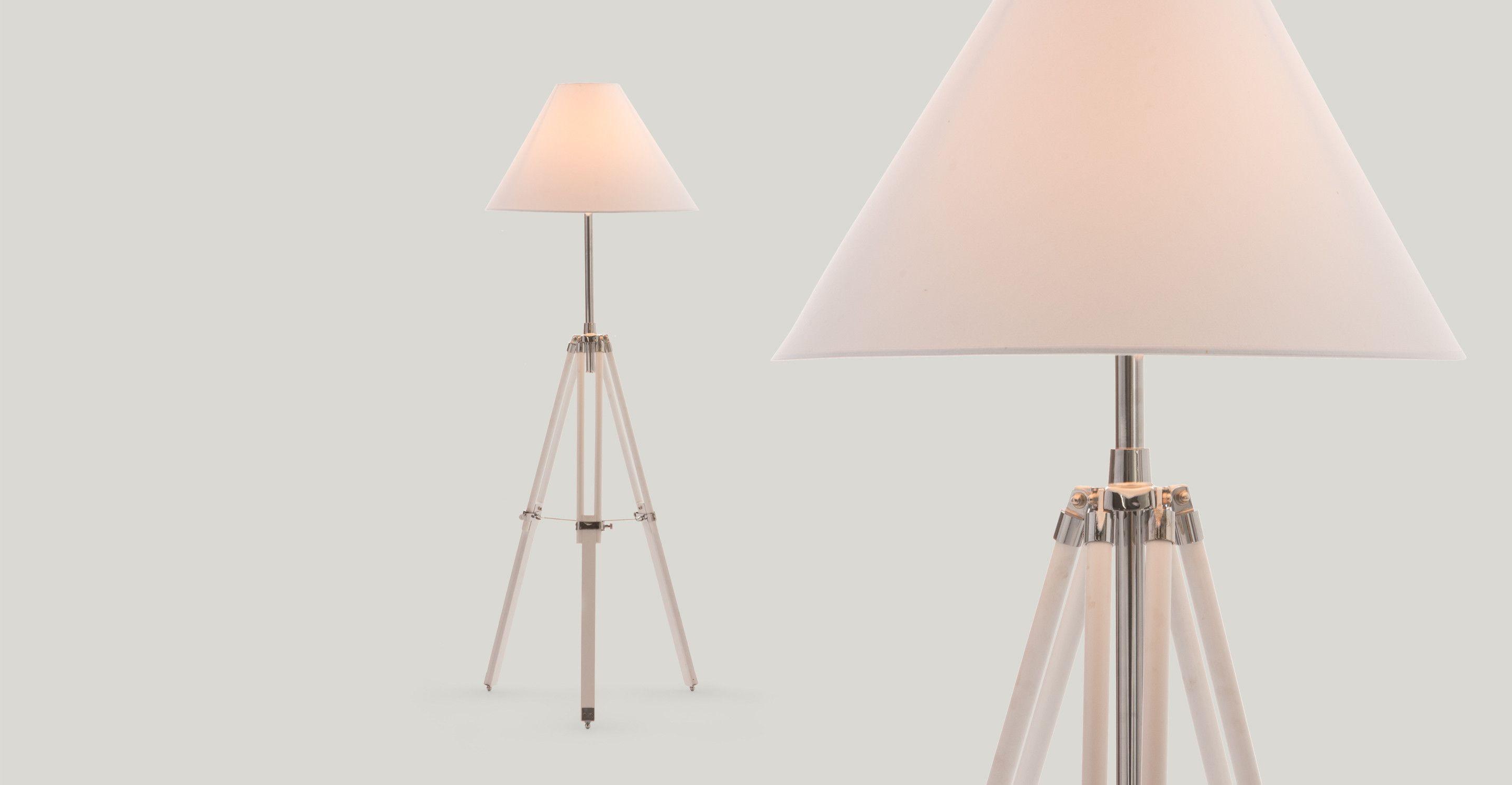 Navy driepoot staande lamp in wit sfeer bedroom